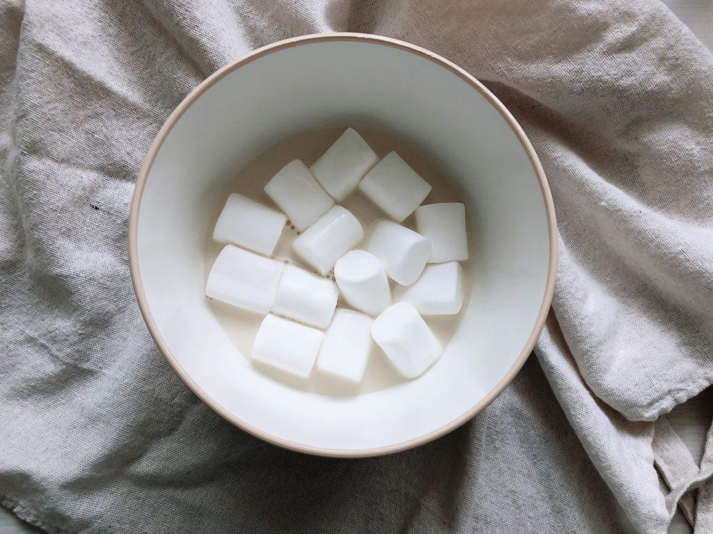 ボウルにマシュマロと豆乳を入れた状態